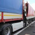 Scontro fra tir sulla A/14 nei pressi dell'uscita di Bitonto: feriti i conducenti