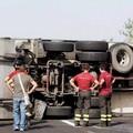 Tir si ribalta sulla provinciale 231: un ferito lieve e traffico in tilt