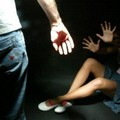 Calci e pugni alla moglie davanti alla figlia: arrestato pregiudicato 40enne