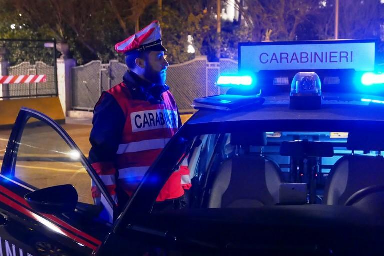 Fuggono in scooter e seminano il panico. Arrestati dai Carabinieri