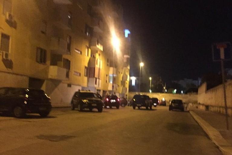 Carabinieri in azione in via Pertini