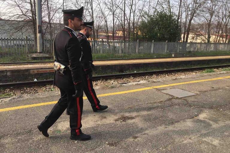 Sul treno senza biglietto picchia carabiniere, arrestato