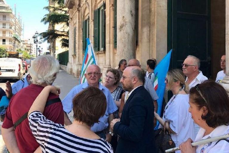 14 luglio 2017: il consigliere Damascelli con i lavoratori che manifestano sotto Palazzo di Città