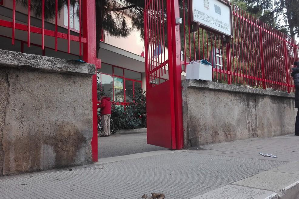 Deiezioni canine anche davanti l'ingresso delle scuole