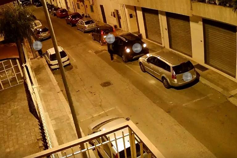 Un fotogramma ritrae il furto di un'auto nel territorio di Bari