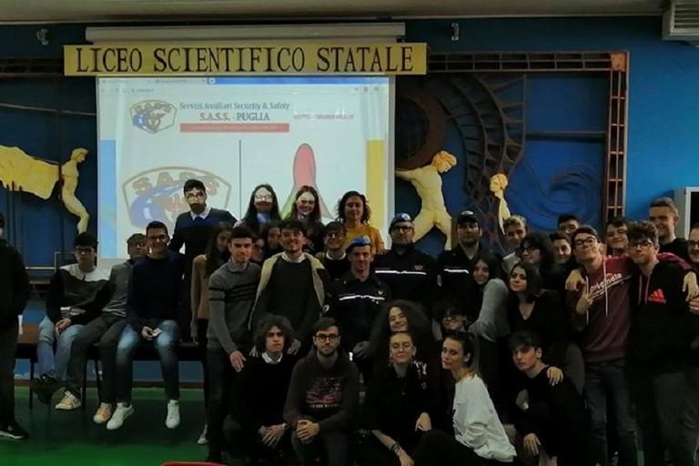 Gli alunni del Liceo Galilei di Bitonto con i volontari del SASS