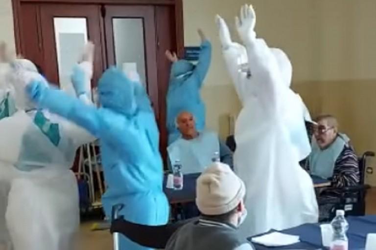 Gli operatori di Villa Giovanni XXIII ballano Jerusalema fra gli ospiti
