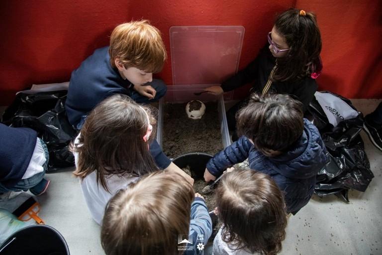 I bambini di ArcheoExplora alle prese con uno scavo archeologico