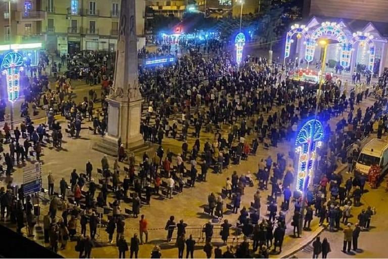 I fedeli in piazza XXIV settembre nel momento di maggiore affluenza