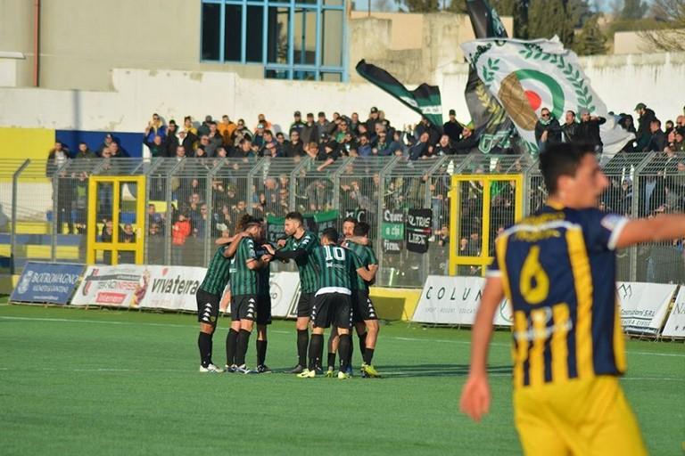 I festeggiamenti dopo il gol di Turitto. <span>Foto Cosimo Papappicco</span>