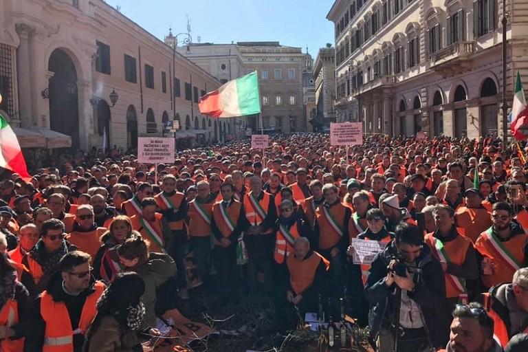I gilet arancioni in PIazza Santi Apostoli a Roma