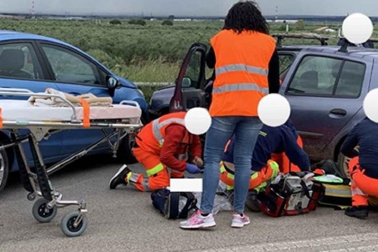 I soccorritori al lavoro durante lincidente. <span>Foto Paolo Ruscitto - Radio Selene</span>