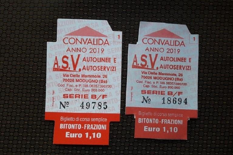 Il biglietto originale sulla sinistra e quello contraffatto a destra