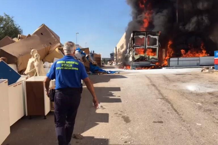 Il camion in fiamme nel deposito sulla Lama Balice