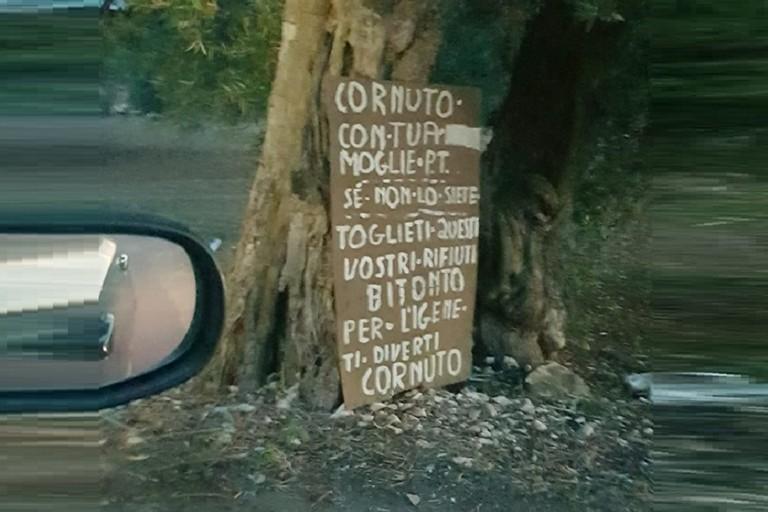 Il cartello di offese agli sporcaccioni