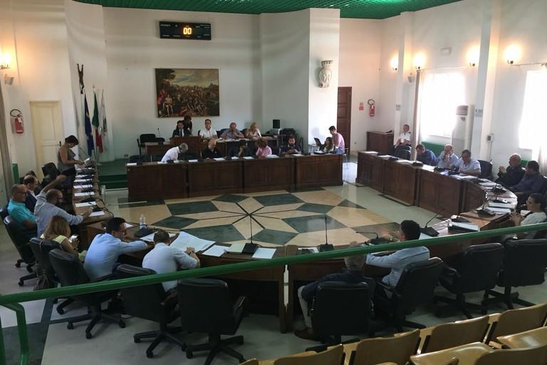Il Consiglio comunale di Bitonto durante la discussione sullASV