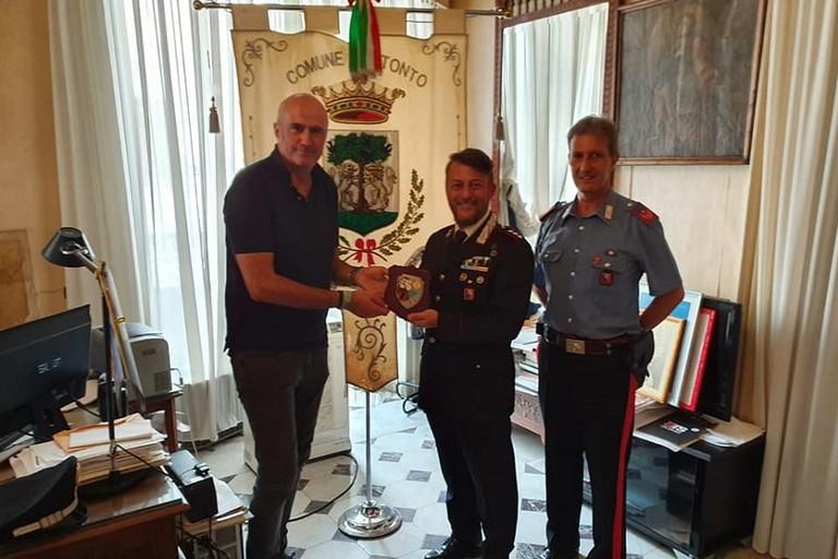 Il maggiore Vito Ingrosso col sindaco di Bitonto Michele Abbaticchio