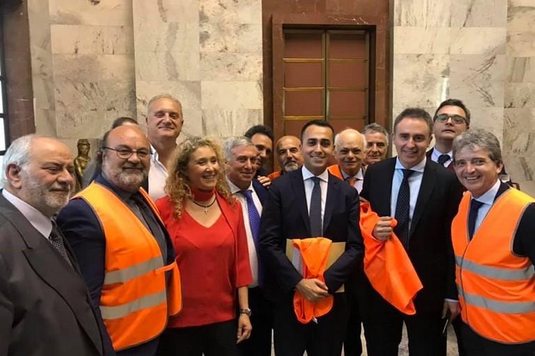 Il ministro Di Maio coi gilet arancioni