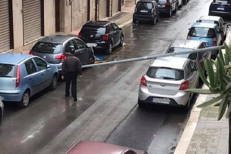 Il palo caduto in via Spinelli