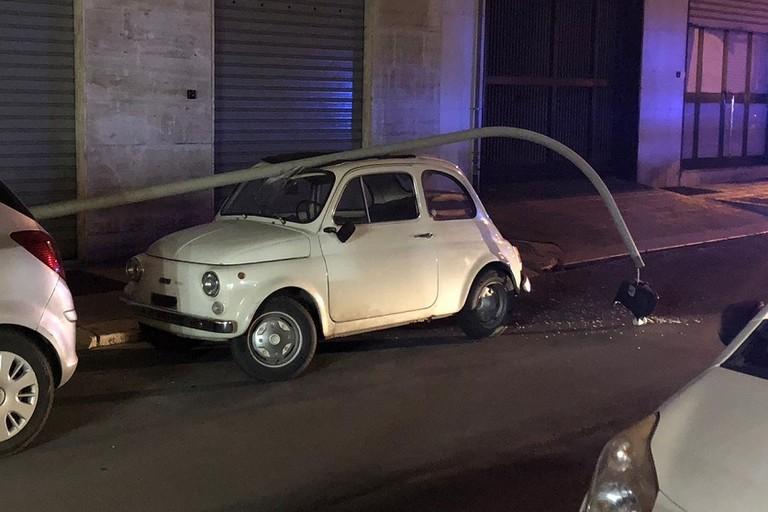 Il palo della luce caduto in via Spinelli