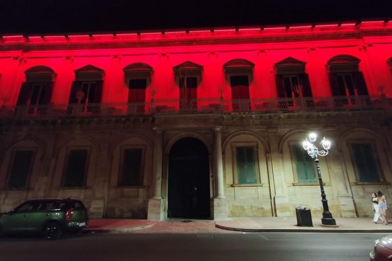 Palazzo Gentile illuminato di rosso. <span>Foto Federica Monte</span>