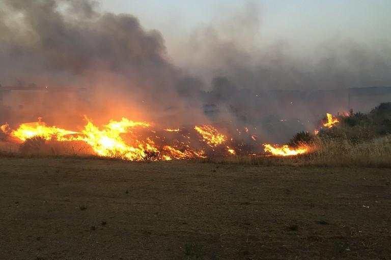 Dà fuoco a un terreno a Bitonto per cacciare famiglia rom: arrestato 59enne