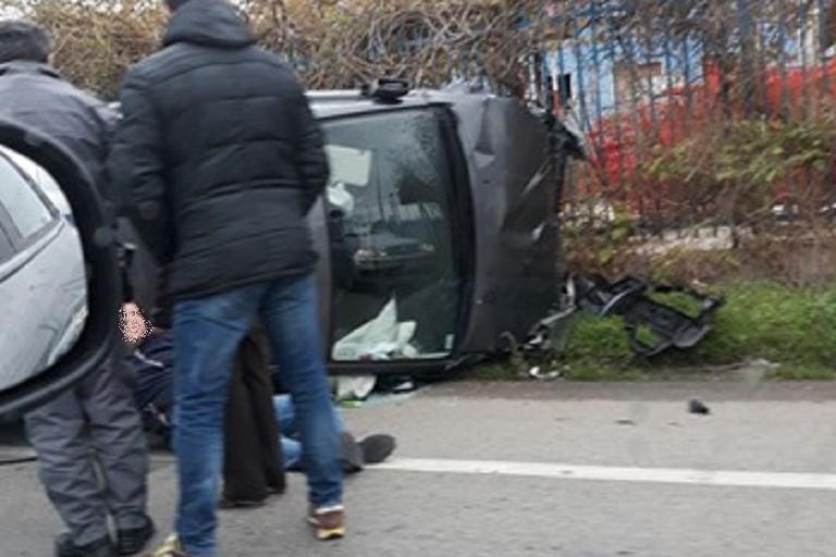 Uno dei veicoli coinvolti e un ferito in attesa dei soccorsi (Foto Jolanda De Nadai)