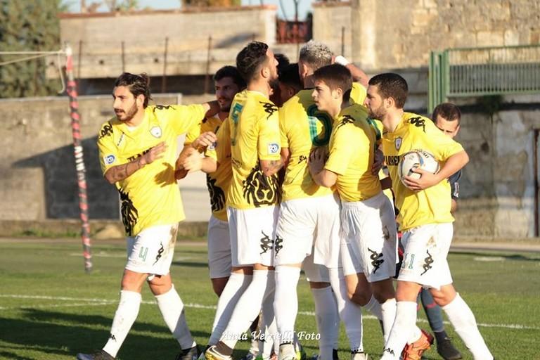 Lesultanza dei giocatori del Bitonto al vantaggio di Patierno. <span>Foto Anna Verriello</span>
