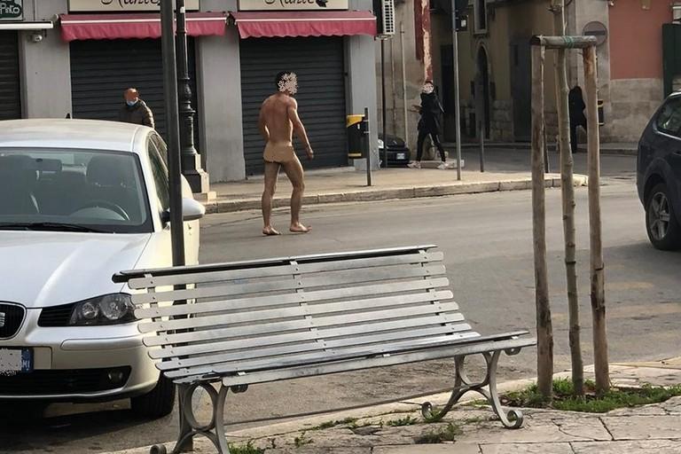 Luomo che girava nudo in centro