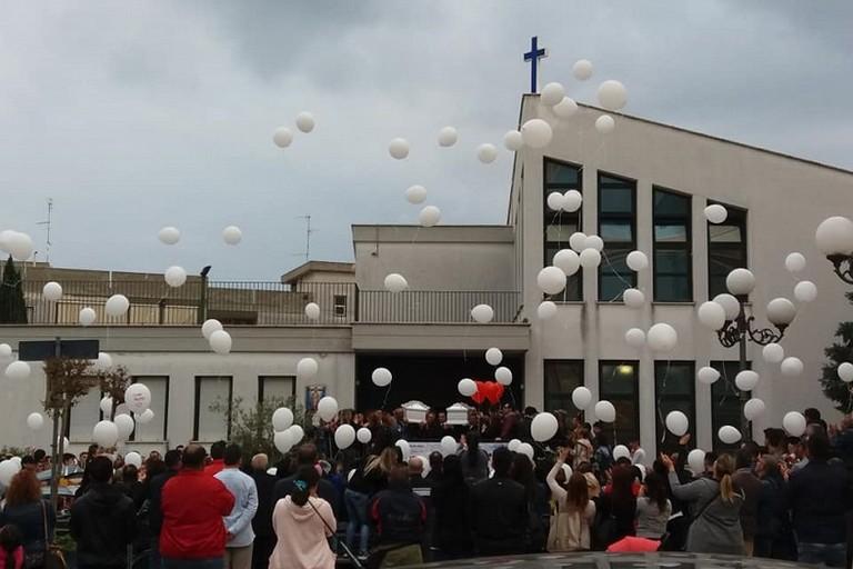 Lacrime e commozione ieri a Palombaio per i funerali dei due giovani morti in un incidente