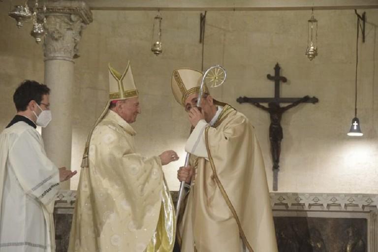La consegna del Pastorale di monsignor Cacucci al vescovo Satriano