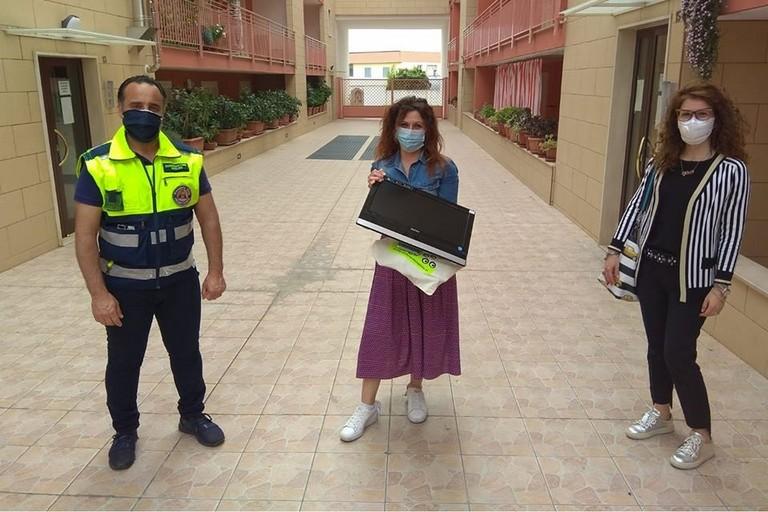 La consegna del Pc alla vittima del furto