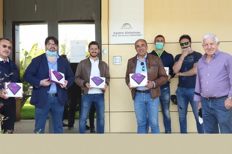 la donazione dei tablet agli ospiti di Villa Giovanni XXIII
