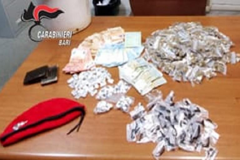 La droga e il denaro sequestrati in vico Storto Barone