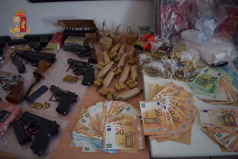 La droga e le armi trovate dalla Polizia di Bitonto