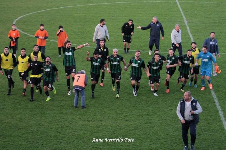 La festa a fine partita dei giocatori del Bitonto. <span>Foto Anna Verriello</span>