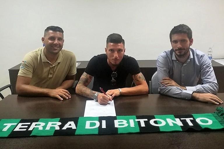 La firma del contratto da parte di Nicola Loiodice nuovo giocatore del Bitonto
