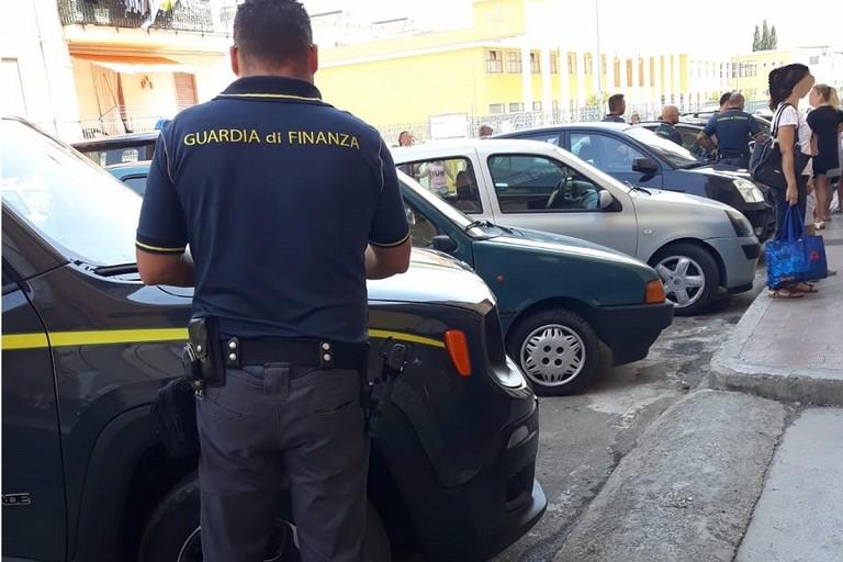 La Guardia di Finanza in azione in via Ragni a Bitonto