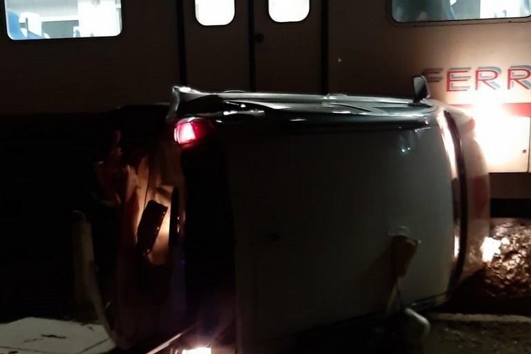 La macchina distrutta dal treno jfif