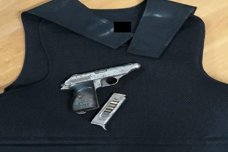 La pistola e il giubbotto antiproiettile sequestrato dai Carabinieri