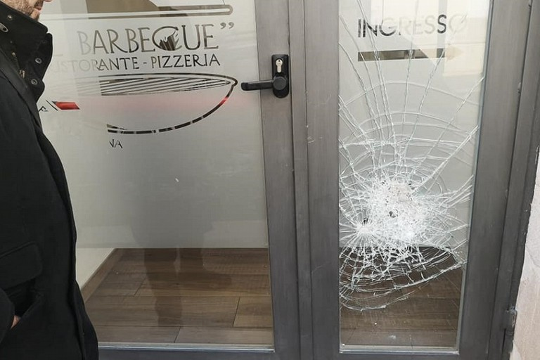 La porta antisfondamento del barbecue danneggiata