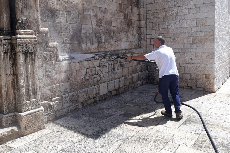 La pulizia della facciata della chiesa di San Francesco