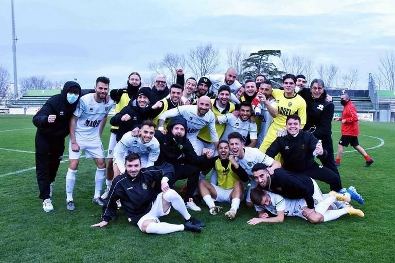 La squadra vittoriosa a fine match. <span>Foto Us Bitonto Calcio</span>