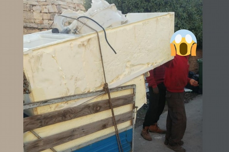 Lo scaricatore di carcasse di frigoriferi in azione in via Buozzi