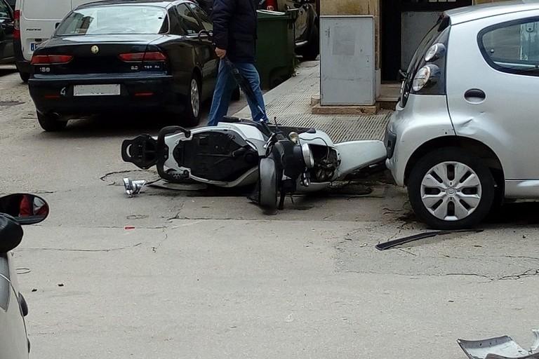 Lo scooter dopo il violento impatto