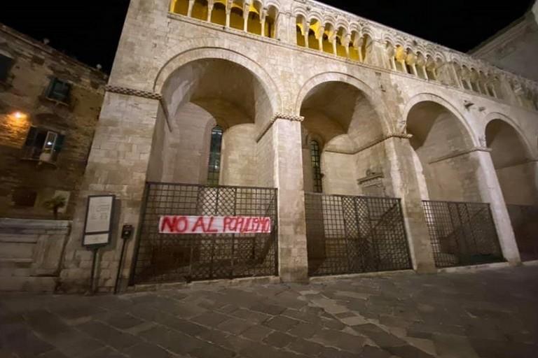 Lo striscione anti populismo sulla Cattedrale di Bitonto jfif