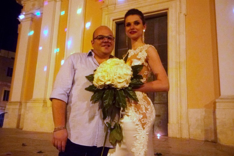 Giulio Lovero con una modella in abito da sposa