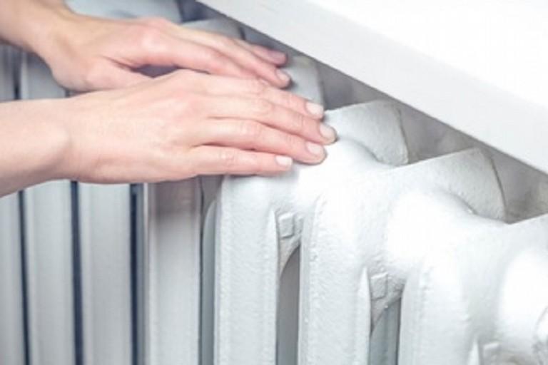 Mani sul termosifone