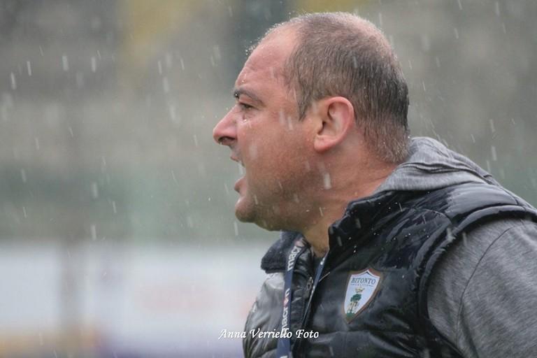 Massimo Pizzulli incita i suoi a fine gara. <span>Foto Anna Verriello</span>