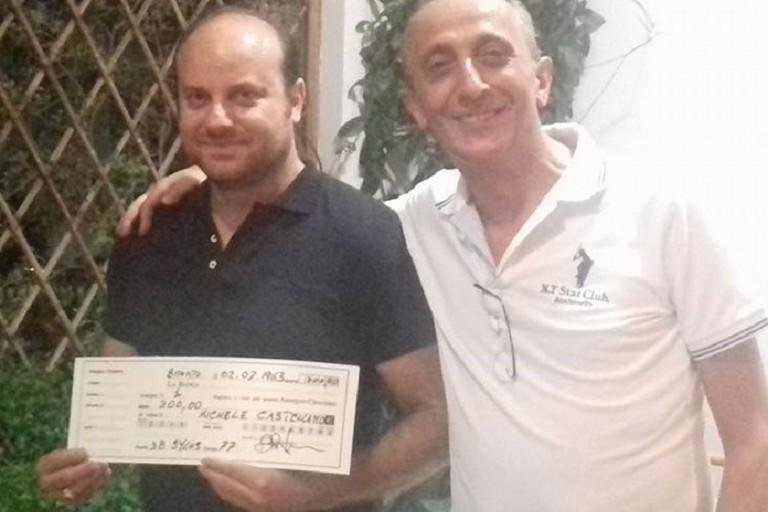 Michele Castellano riceve da Raffaele Bisceglie il suo contributo